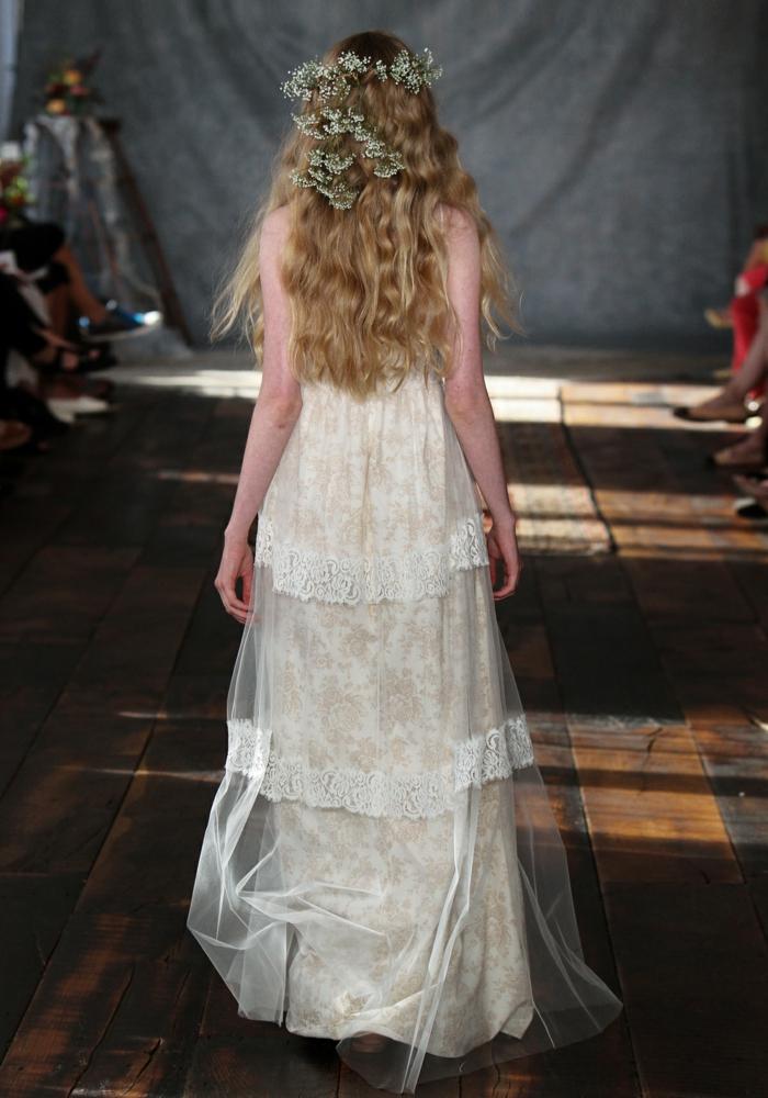 robe boho chic pour les mariées audacieuses, partie en tulle brodé et tissu crème