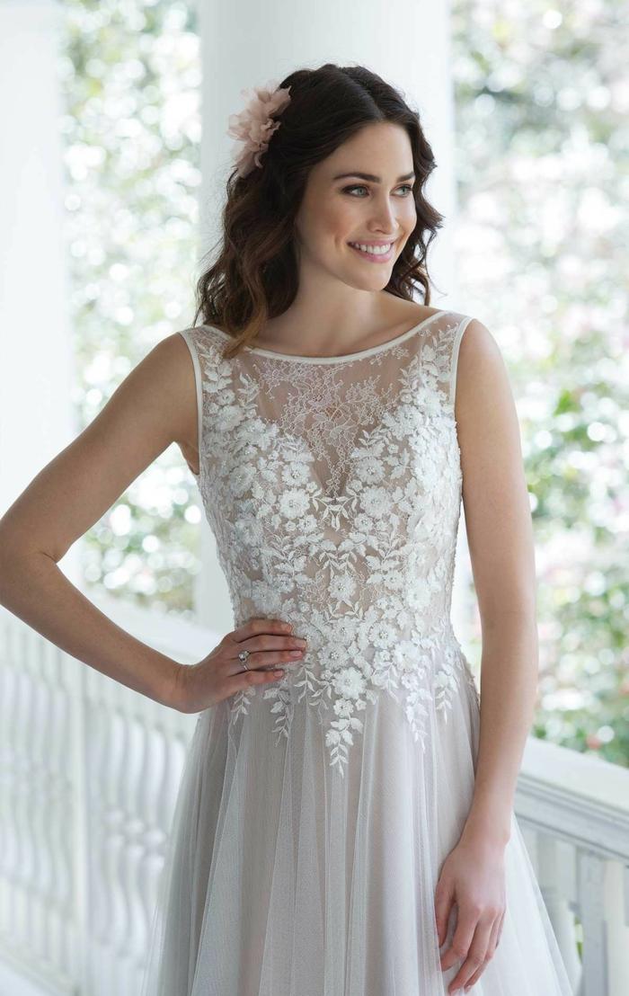 robe dentelle, fleurs brodées, silhouette style sablier, mariée magnifique