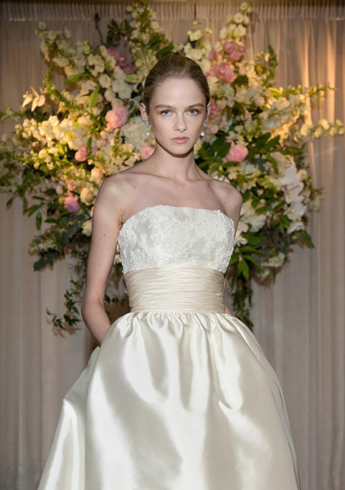 robe bucolique très chic en matière satinée, chignon lisse, décoration avec des fleurs