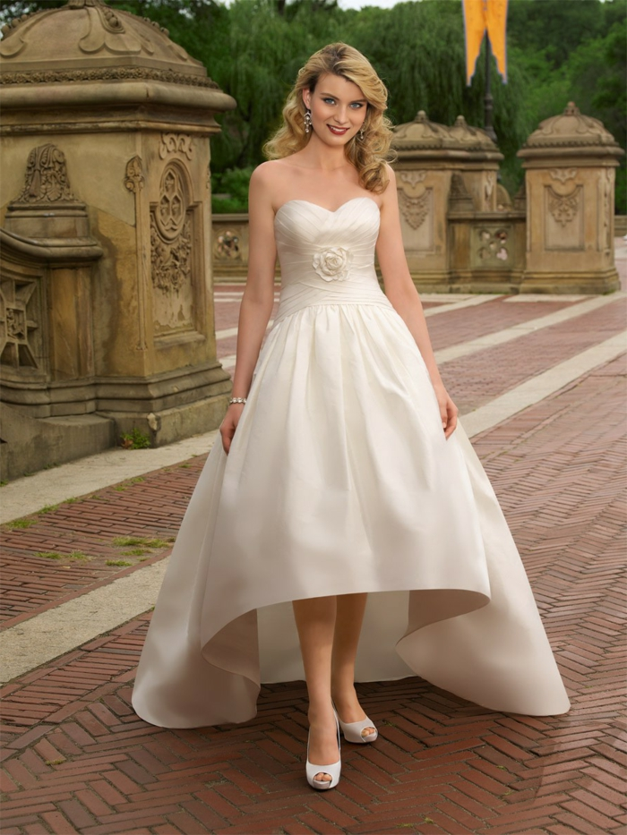 robe style la belle et la bête, sandales désuettes, bustier élégant, coupe évasée