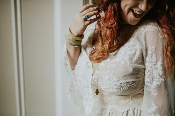 robe mariage en dentelle, cheveux rouges, manches fluides et transparentes
