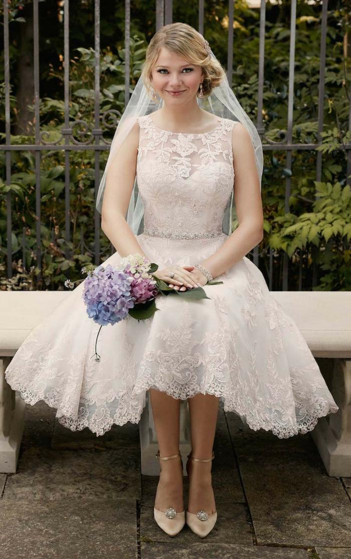 mariée en robe mi longue, escarpins en couleur poudrée, voile long attaché aux cheveux, coiffure élégante