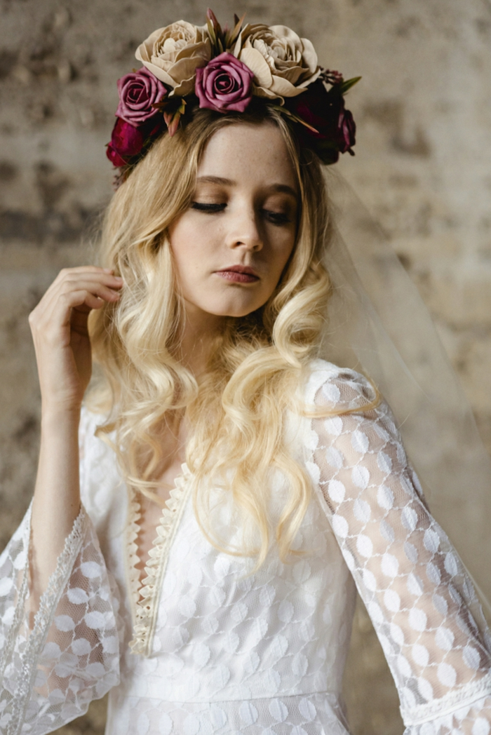 robe mariee style vintage chic, couronne de fleurs roses, longues manches