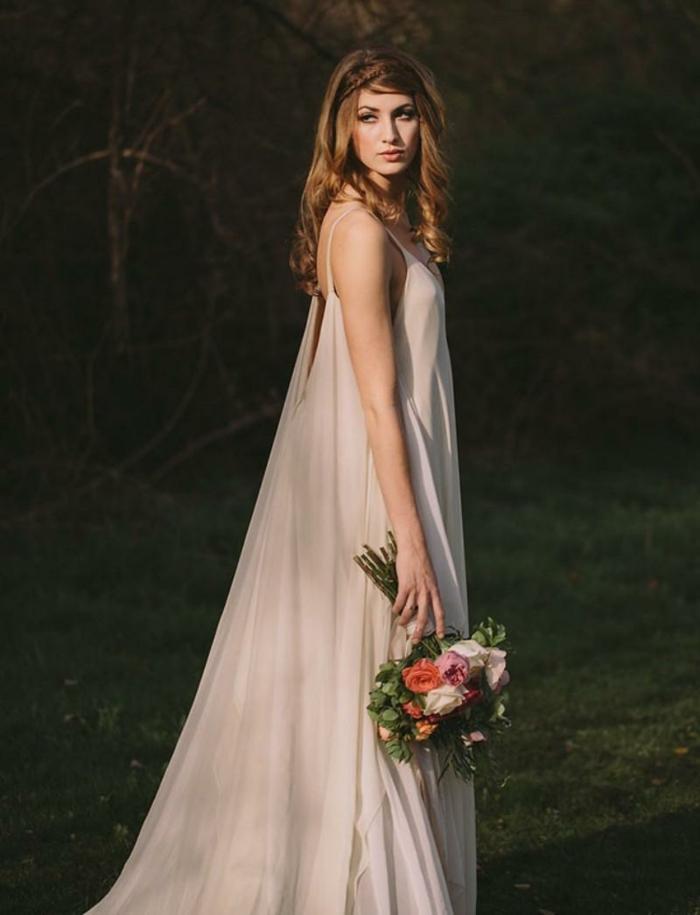 robe mariee vintage chic, grand bouquet rustique, cheveux chataîns, style mariée nonchalente
