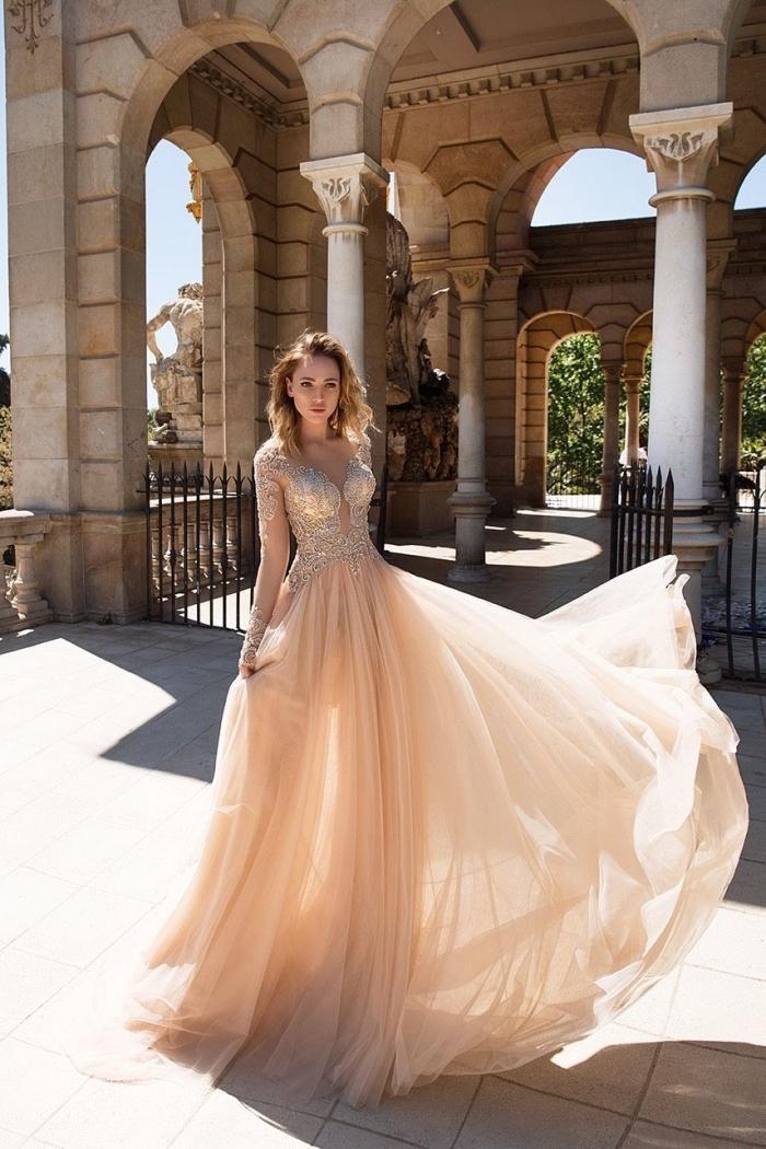 vision de princesse avec robe longue à haut en manches longues à design transparent et jupe en tulle pastel