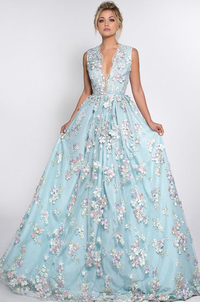 robe mariee boheme longue bleu ciel et fleurie avec decollete pour mariage champetre