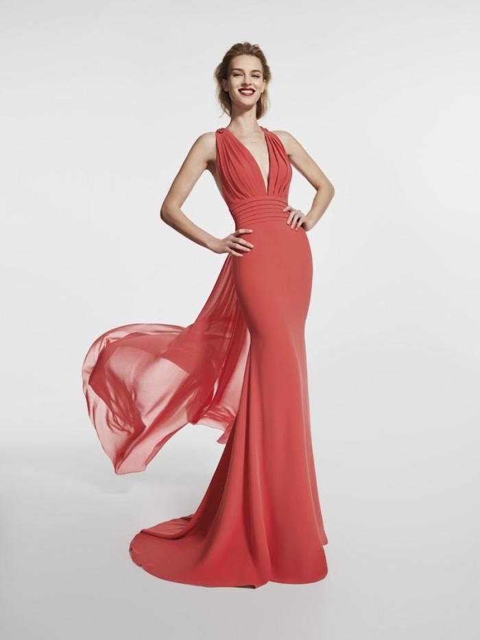 élégance et chic en robe de soirée longue officielle de couleur rouge avec décolleté
