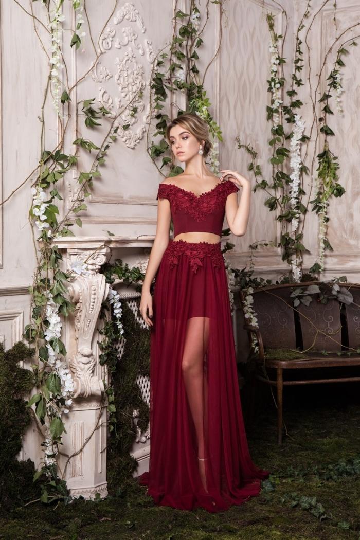 ensemble de deux pièces de couleur bordeaux avec top aux manches courtes et broderie florale combinée avec jupe courte à volants