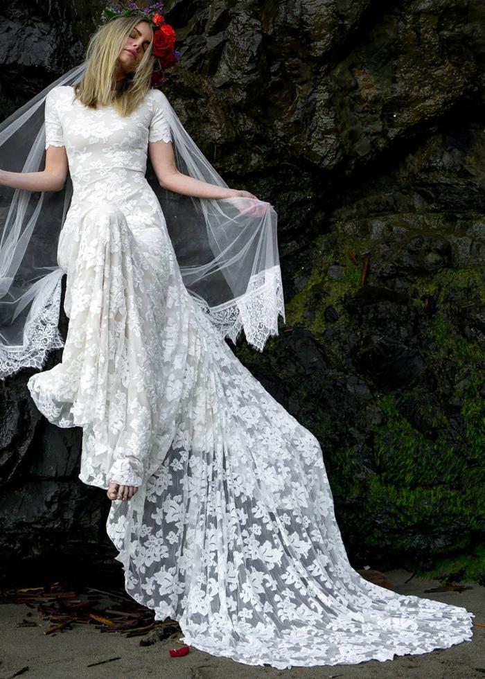 robe longue de mariage, dentelle motifs floraux, fleur rouge dans les cheveux