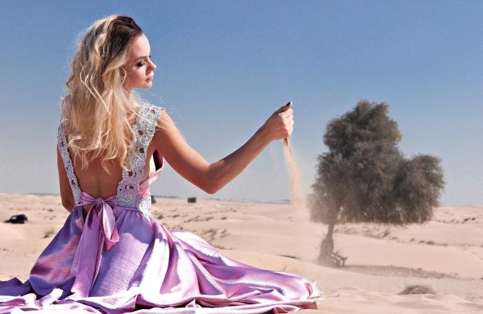 exemple de cheveux éclaircies avec la technique ombré blond sur couleur de base marron, modèle de robe princesse rose