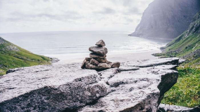 joli fond d écran de nature, ambiance zen en plein air au bord de la mer, arrangement pierres de façon ambiance zen