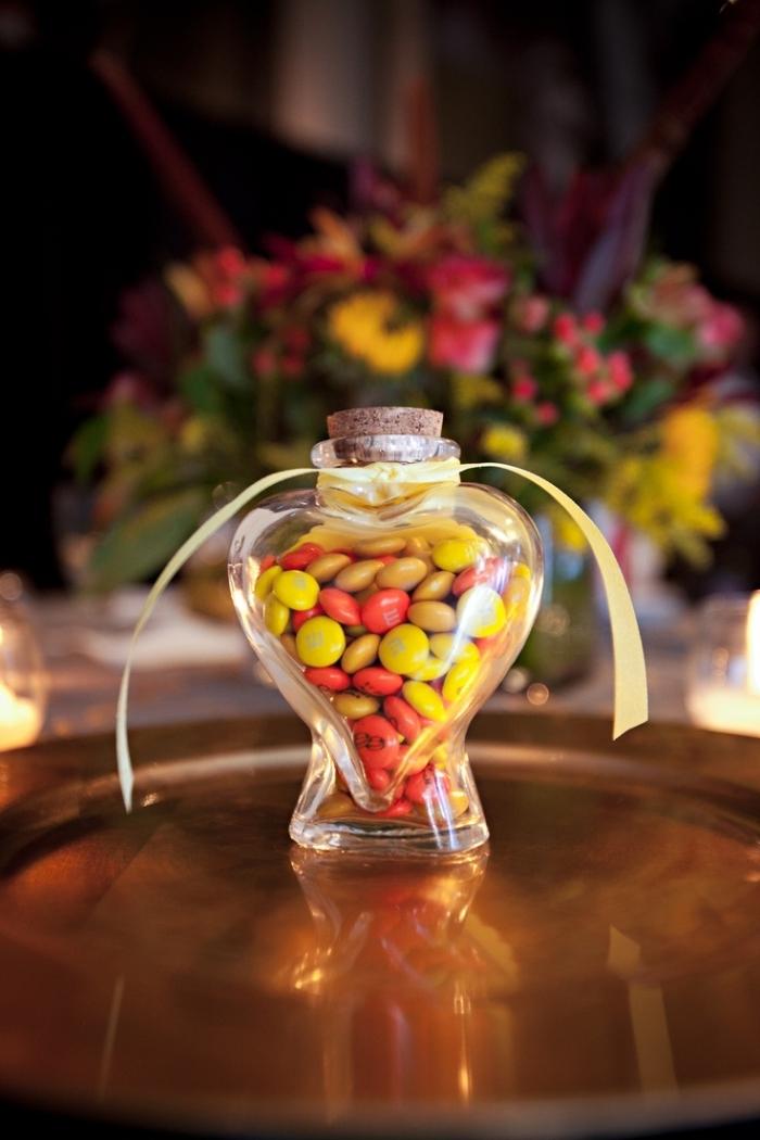 modèle de bonbonnière en forme de coeur aux bonbons rouges et jaunes avec bouchon de liège et ruban jaune