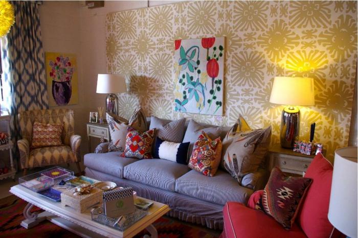 salon artistique, table en bois et verre, fauteuil rouge, lampe abat-jour, peinture abstraite