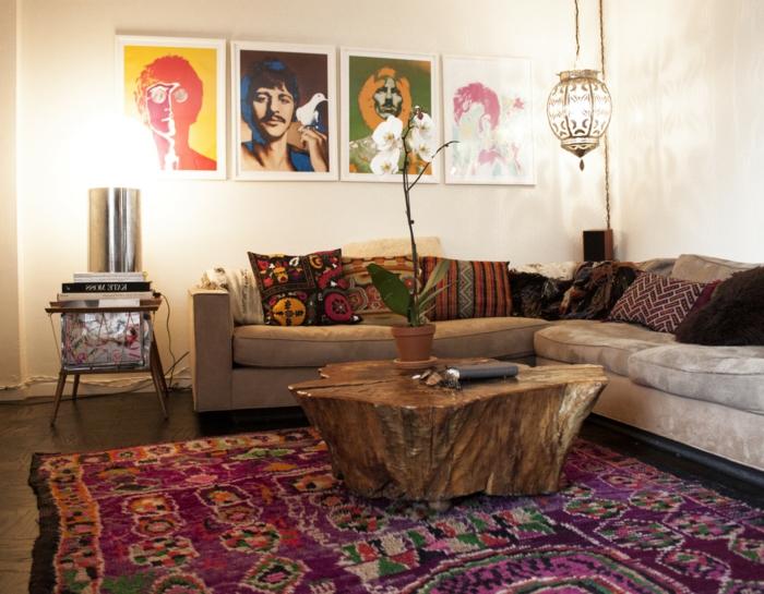 peintures pop art en cadres bmancs, tapis pourpre aux motifs ethniques, sofa beige taupe