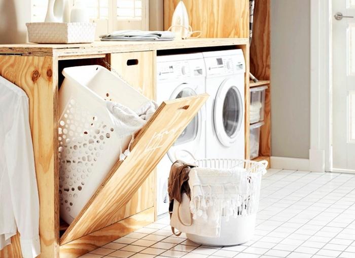 deco buanderie aux murs taupe avec sol en dalles blanches et meubles de bois, rangements et meubles fonctionnels