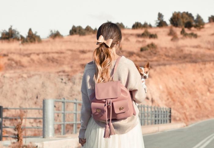 coiffure adorable sur ombrage cheveux longs attachés en queue de cheval bas avec accessoire design papillon rose pastel