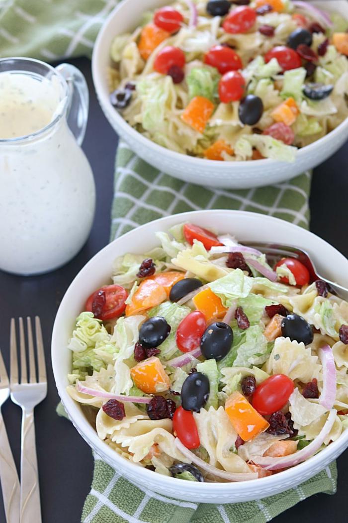 recette legere, recette dietetique, pasta avec de la salade verte et des olives noires, des tomates cherry, et des carottes cuites, avec, éventuellement, des morceaux de jambon