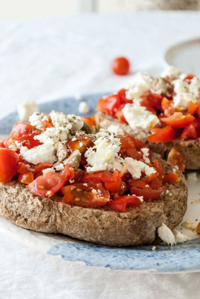 des tranches de pain noir avec des tomates et du fromage blanc, recette legere, menu de la semaine, idée pour un repas au milieu de la journée