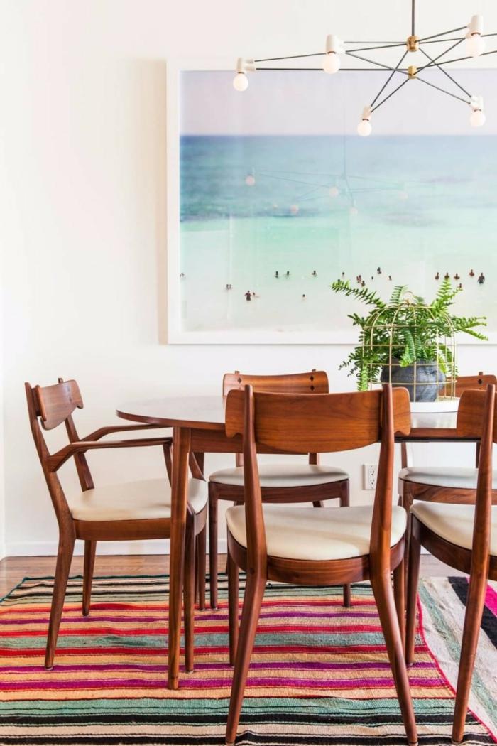 chaises en bois et tissu, tapis rayures dans une salle à manger, paysage maritime