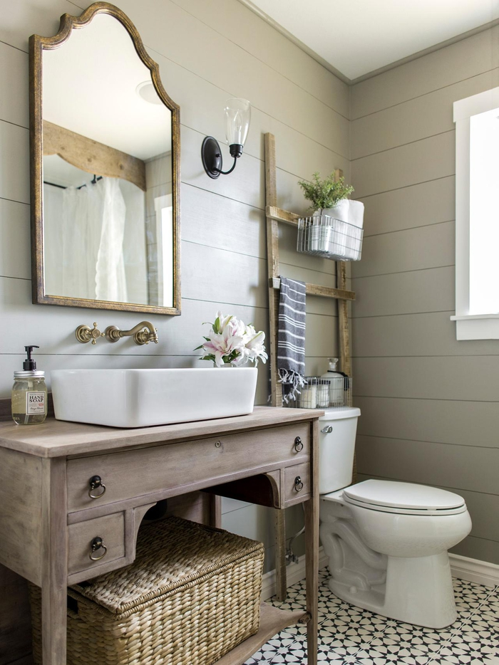 ambiance chaleureuse et relaxante dans une salle de bain ancienne en lambris équipée d'un meuble-vasque récup en bois vintage