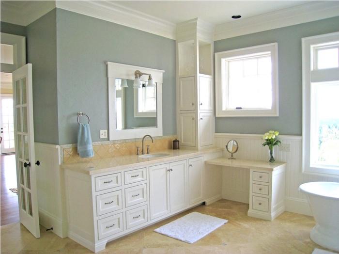 salle de bain vintage bicolore avec haut de murs gris perle et sol en carrelage beige