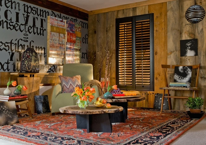 salon splendide style boho chic, deux tables en bois authentique, art monochrome, fauteuil beige, grand tapis persan