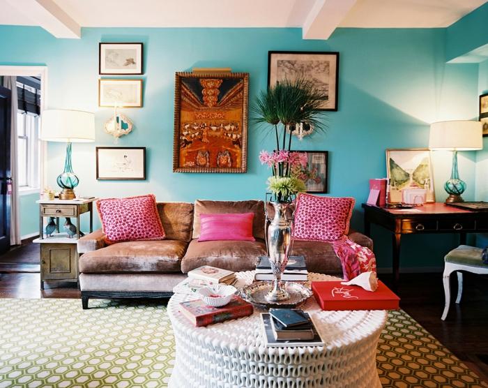 tapis géométrique en couleurs pâles, coussins roses, canapé beige, meuble en bois style baroque
