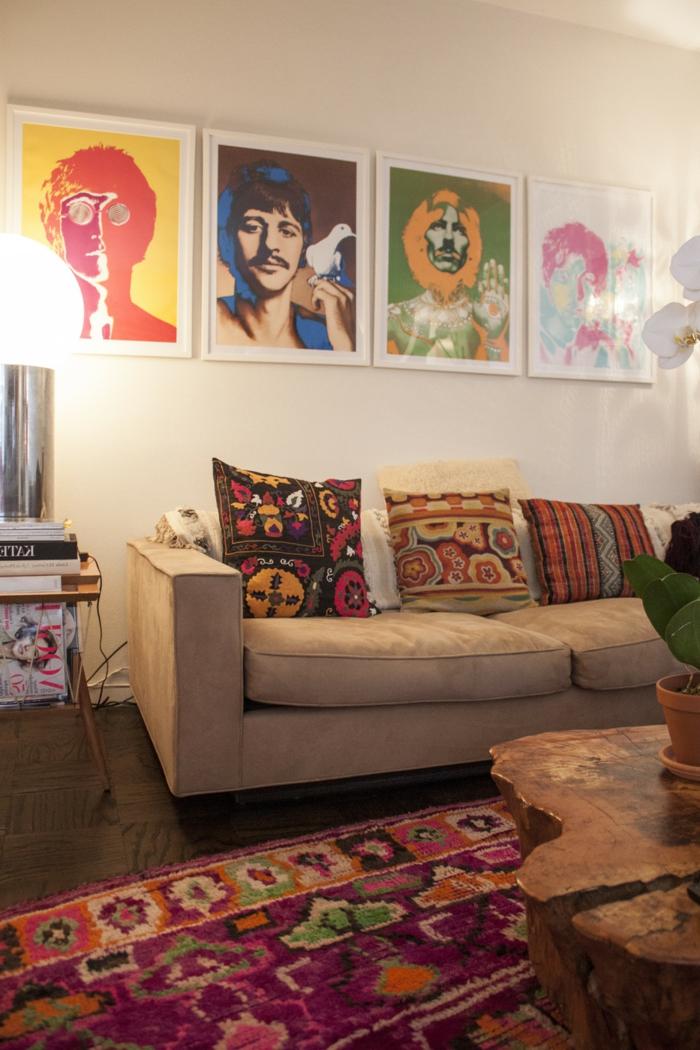 sofa taupe, tapis bariolé, table en bois authentique, oussins multicolores, tableaux pop art