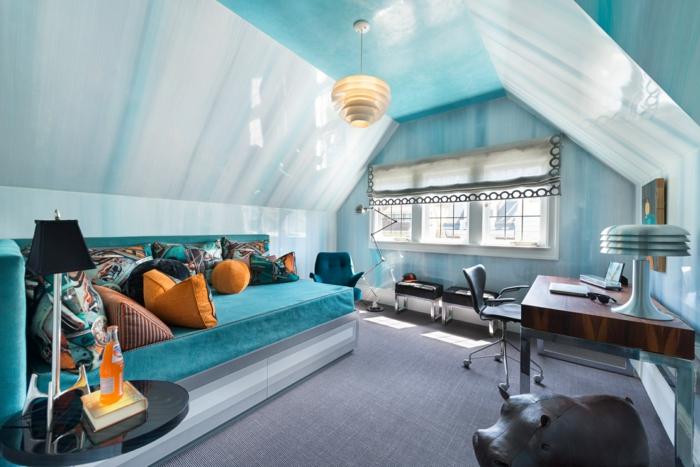 chaise pivotante, grand sofa bleu, coussins, bureau en bois avec une chaise pivotante