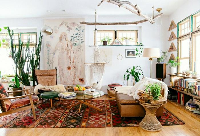 tapis boheme, chaise en bois et textile, petits tabourets, chaise en cuir, penture murale blanche, sol en bois, grands cactus