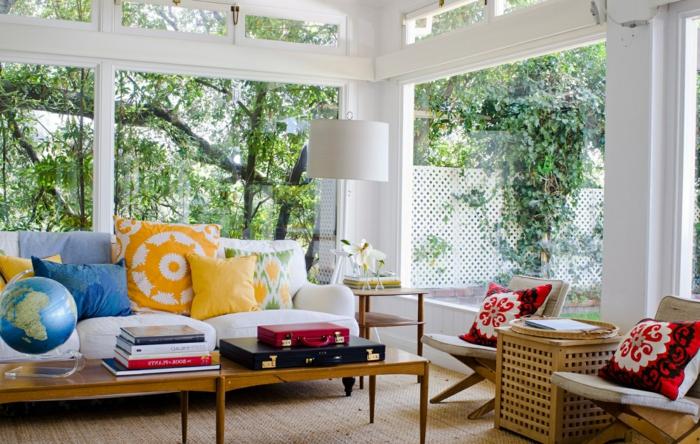 grand séjour avec de grandes fenêtres, table longue en bois, chaises pliantes de bois