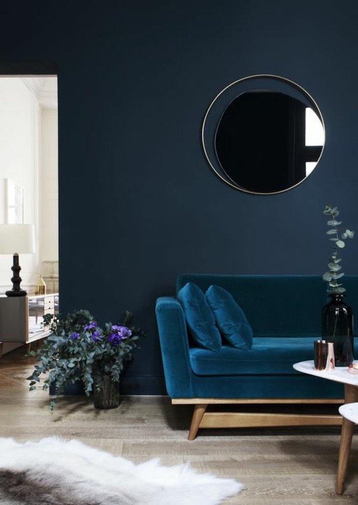 canapé bleu paon velours avec mur couleur bleu pétrole, idée déco tendance cosy pour salon