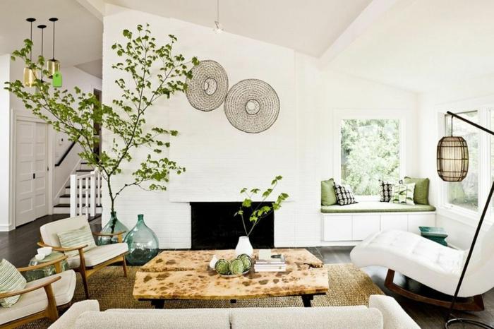 salon feng shui, deco salon zen, plante verte petit arbre en pot en verre en style marocain, table en bois rude, fauteuils blancs, plafond blanc, tapis couleur moutarde
