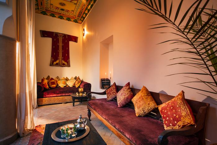 photo de salon ethnique oriental, séjour indien avec canapé traditionnels