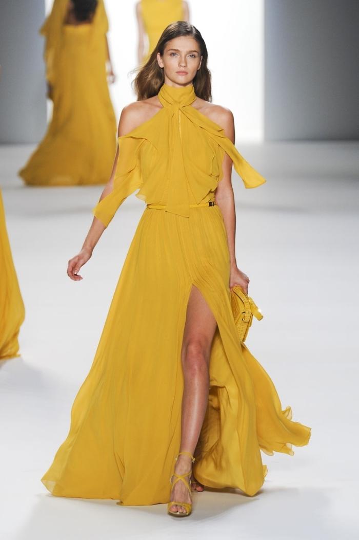 idée longue robe de soirée pour mariage de couleur jaune moutarde avec ceinture et col vintage combinée avec sandales jaune