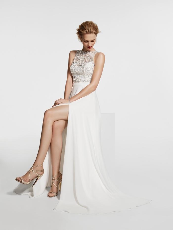 modèle de robe de cérémonie femme pour mariage de couleur blanc avec haut transparent bustier et sandales dorés