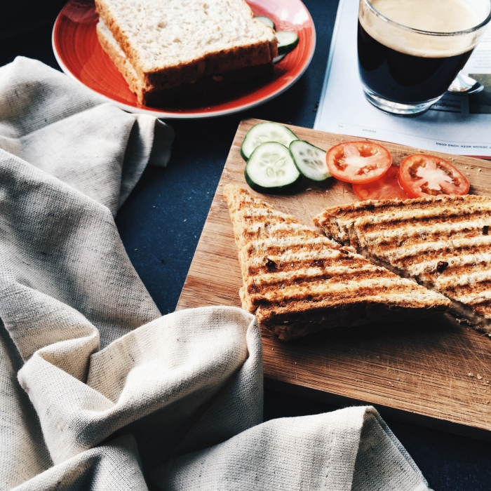 quoi manger ce soir vite fait, sandwichs grillés faciles à préparer entre amis avec tomates concombres et fromages