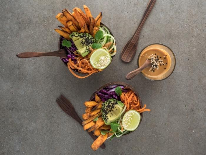 idee repas soir entre amis avec frites de pommes de terres sucrés et garniture de citrons vert et graines de chia