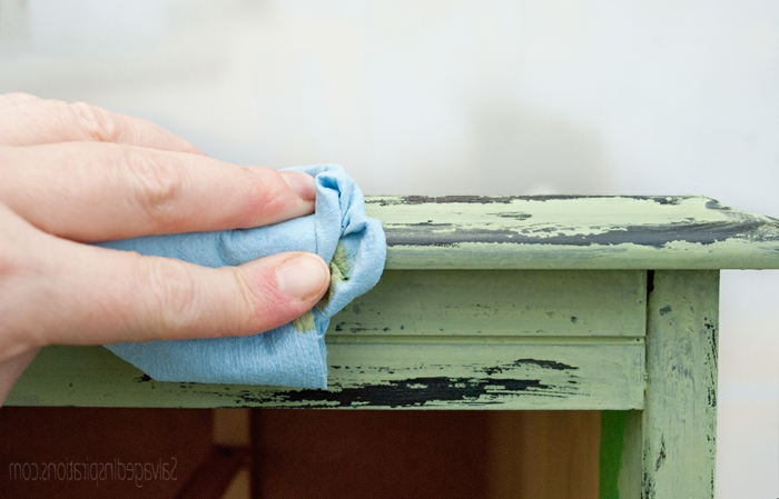 customiser un meuble, bureau peint vert, technique de chippy chalk paint
