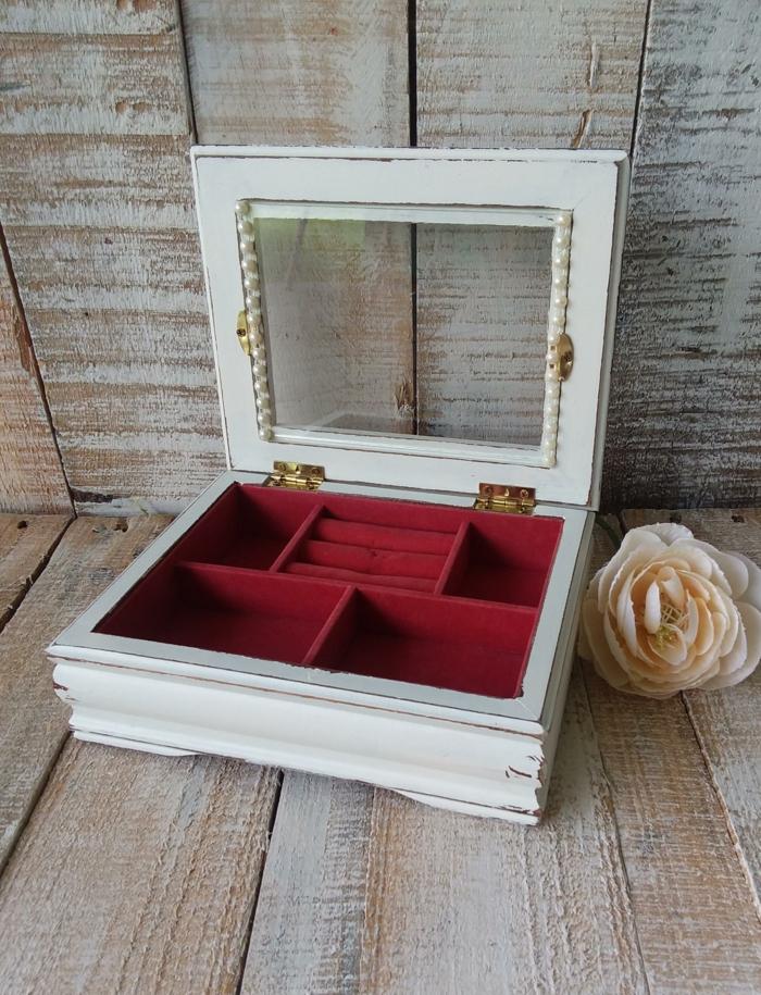 boite à bijou relookée avec peinture blache, rose artificielle, bois style shsabby