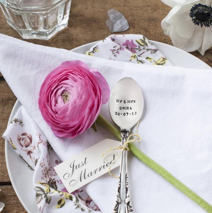 déco de table mariage avec assiette blanche ronde et petite cuillère en argent à design personnalisé avec gravure