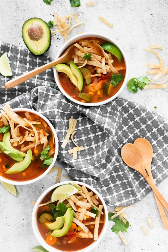 recette repas du soir à la mexicaine, soupe de tranches enchilladas à la sauce tomate avec citron vert et avocats