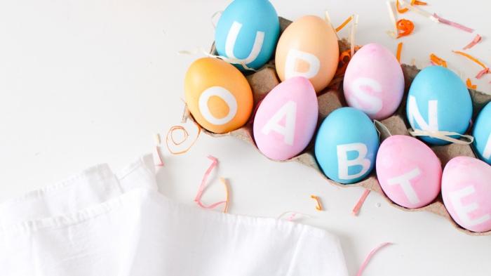 modèles d'oeufs colorés en nuances pastel avec décoration en lettres blanches, déco de paques facile et moderne