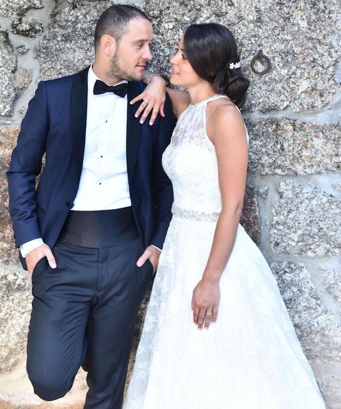 smoking de marié bleu marine avec ceinture large en tissu, photo de tenue de marié homme