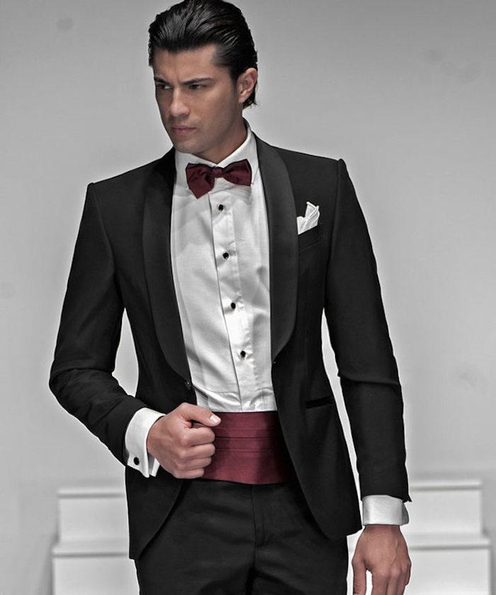 costume cérémonie homme noir avec ceinture large en soir bordeaux, smoking de mariage élégant