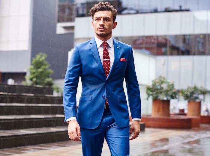 photo costume bleu roi homme ajusté pour cérémonie de mariage été et cravate rouge à pois blancs