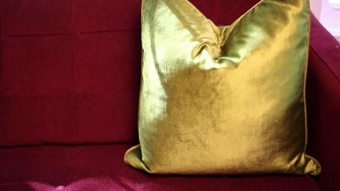 comment décorer avec la couleur marsala, coussin doré, soga couleur bordeau