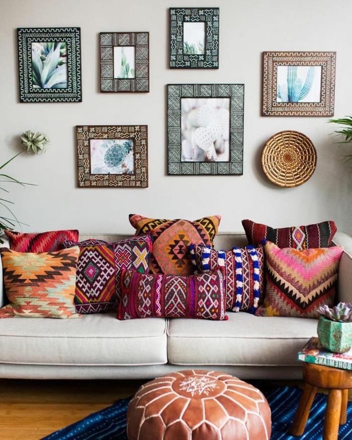 sofa en couleurs claires, coussins ethniques en couleurs intenses, tableaux encadrés, pouf marocain
