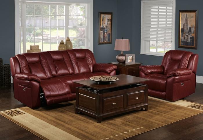 sofas en cuir lie de vin qui tire au marron, tapis marron, table en bois avec rangement, peinture pour salon bleue