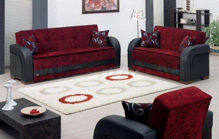 tapis blanc, sofas rouges, table basse noire, coussins déco chic, séjour en blanc et bordeau